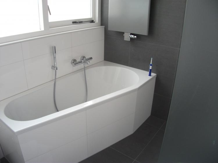 Grijs witte badkamer best images about badkamer on toilets modern badkamers voorbeelden - Meubilair van binnenkomst grijs ...