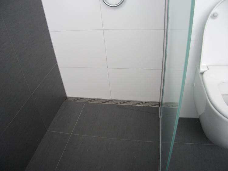 20170309 151632 wandtegels badkamer grijs - Mat tegels ...